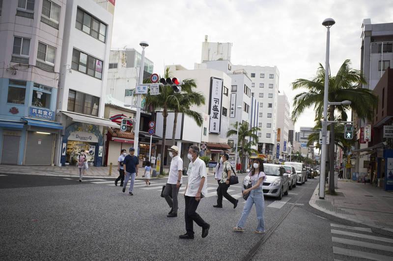 在日本沖繩的3名美軍官兵,在9日凌晨被當地警察逮捕,其中1人涉嫌酒駕,另2人則涉及擅闖民宅。圖為沖繩那霸街景。(彭博)