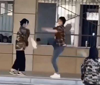 中國一名女學生缺席學校活動又頂撞老師,老師氣不過出腳踢人。(圖翻攝自微博)