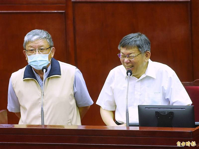 兵役局長傅永茂(左)強調趙介佑案沒受到外界壓力,比他快轉調的還有15人;柯一旁聞言卻竊笑「呵呵呵」。 (記者方賓照攝)