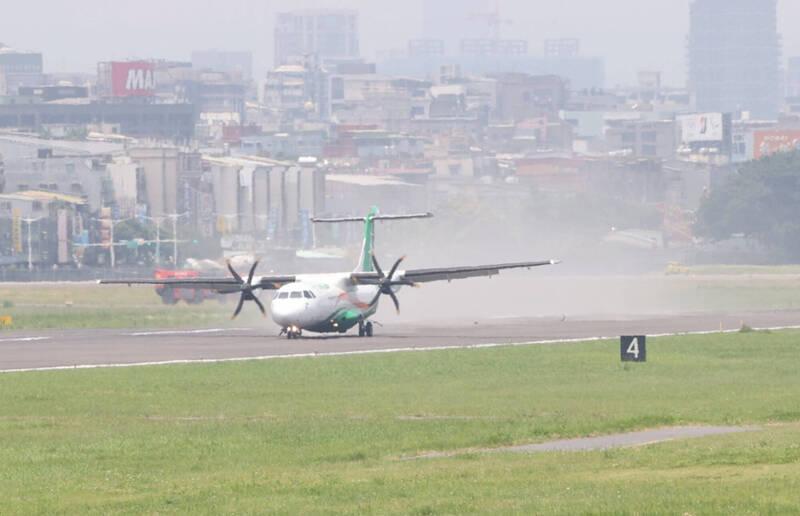 立榮航空迫降松山機場,機組人員平安。(中央社)