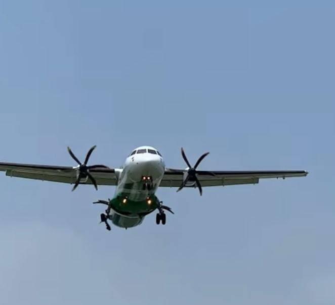 立榮班機降落畫面也被民眾捕捉到,只見機輪爆胎,輪胎皮在空中甩動。(圖擷自臉書《記者爆料網》)
