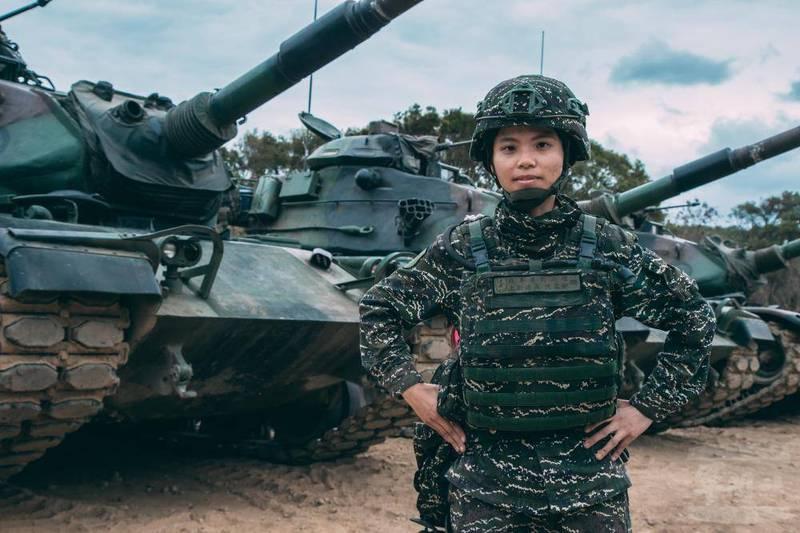海軍陸戰隊99旅戰車營戰二連的連長陳柔安(見圖)巾幗不讓鬚眉;她也是海軍陸戰隊首位戰車部隊的女性主官。(軍聞社)