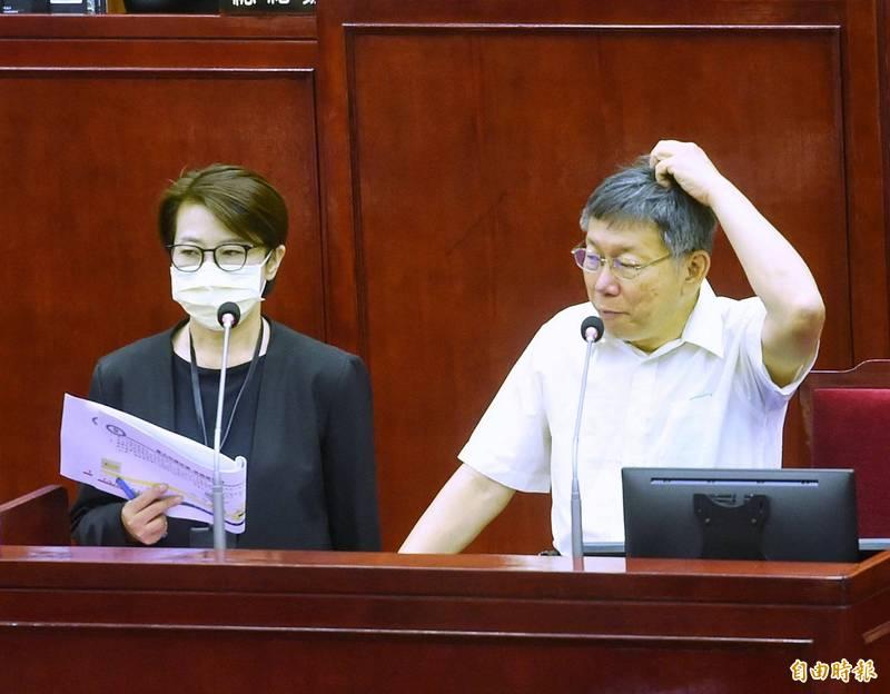 針對台北市重大工程推動進度與檢討,市長柯文哲10日前往議會做專案報告,並備質詢,圖左為副市長黃珊珊。(記者方賓照攝)