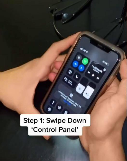 首先將iPhone螢幕下滑,打開「控制中心」。(圖翻攝自imnotjs3個人抖音)