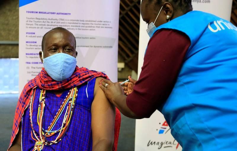 南非總統拉瑪佛沙批評,富裕國家的人搶著打武漢肺炎疫苗,而數百萬貧窮國家的人卻在等待疫苗中死去,這就相當於「疫苗隔離制度」。圖為一位肯亞導遊在接種AZ疫苗。(路透)