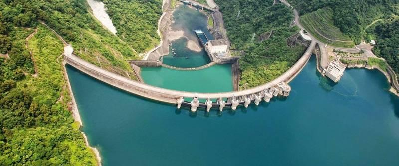 台灣西半部水情嚴峻,北部地區目前雖尚未拉警報,但根據翡翠水庫管理局指出,目前翡翠水庫的蓄水量已跌破70%,與去年同期相比少了1/4的水量。(資料照)