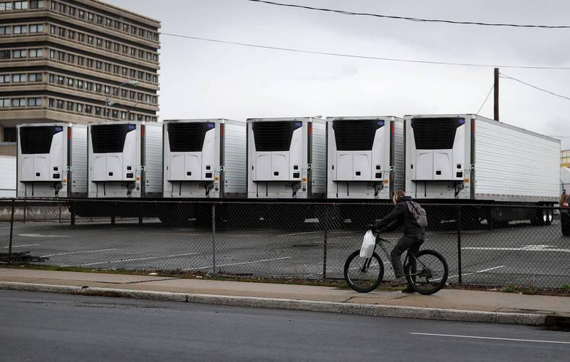 美國紐約去年因疫情大爆發,造成許多死者遺體無法立即下葬,當局規劃多台冷藏車來當作「臨時」太平間,但有750具屍體自去年至今仍尚未下葬。(路透)