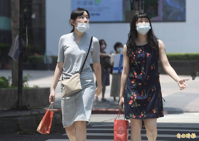 明天晴朗炎熱,氣象局對中南部5縣市發佈「高溫燈號」預警,提醒民眾外出要注意防曬、多補充水份、慎防熱傷害。(記者簡榮豐攝)