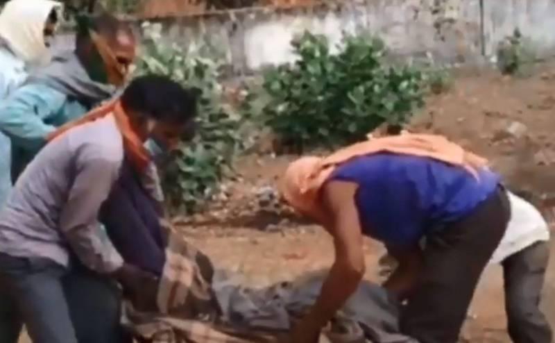 印度一名父親因為沒錢請救護車,為了將愛女遺體運到醫院驗屍,就和家人扛屍走7小時到醫院。(圖翻攝自推特)