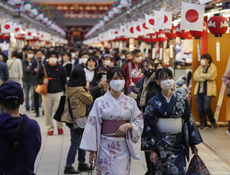 日本內部對於多次宣布緊急事態宣言,卻未見疫情好轉已經略顯疲態。一名在東京上班的30多歲女性表示,不管有沒有發佈宣言,都要工作。壓力也越來越大,做不到完全不出門」。(示意圖,法新社)