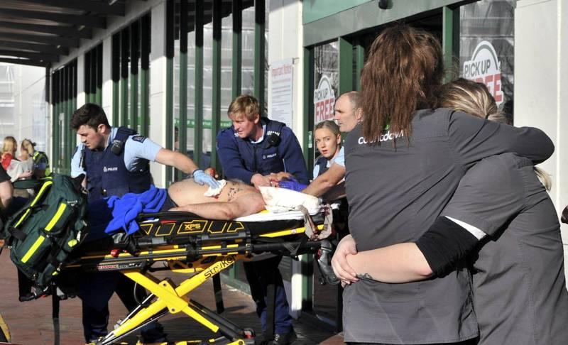 紐西蘭但尼丁一處超市,今(10日)驚傳歹徒持刀瘋狂砍殺,現場一共有5人受傷其中3人傷勢相當嚴重。(美聯社)