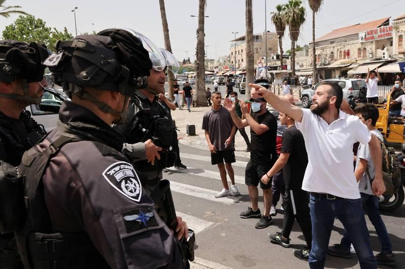 以色列維安單位及巴勒斯坦人今日在阿克薩清真寺前又再次發生暴力衝突。(路透)