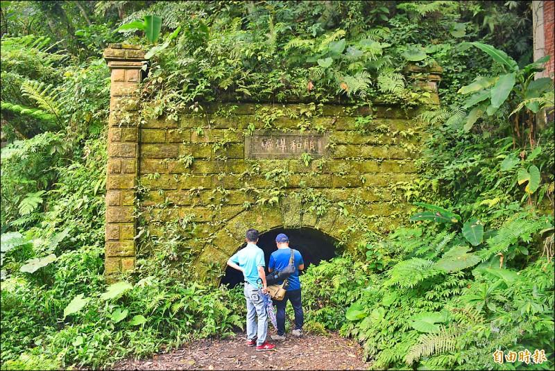 大溪順和煤礦1986年結束營運後,礦口未封坑恐有危險疑慮,礦務局建議比照瑞芳礦坑設置柵欄,以防民眾亂闖。(記者李容萍攝)