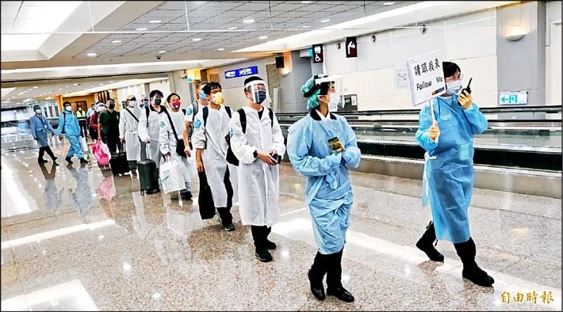 29名台僑昨由印度搭乘日航到日本轉機回台,入境後先在候機室進行疫調,再送往集中檢疫所。(記者姚介修攝)