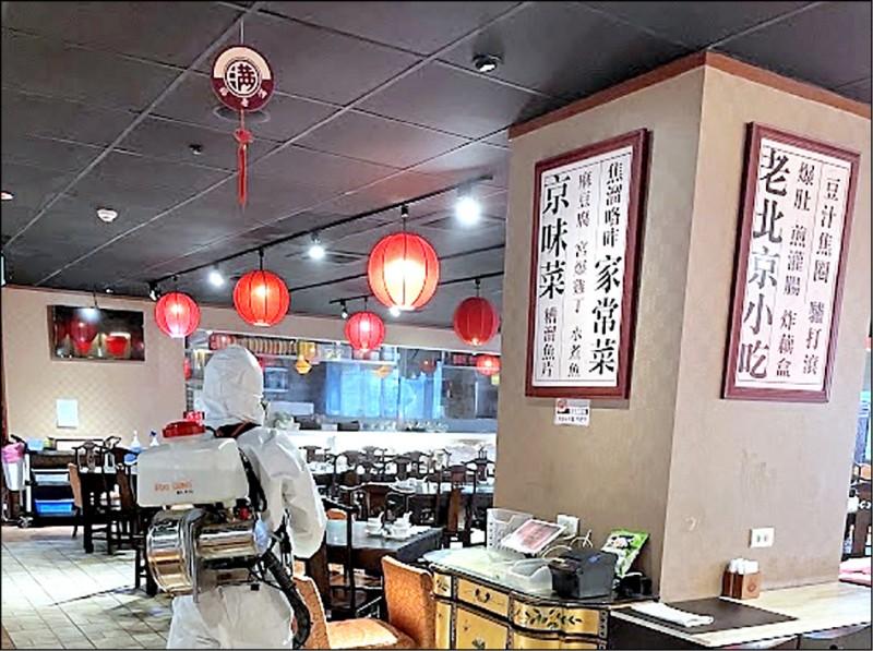 案1187在5月4日晚間6點半至7點半於餡老滿南港店用餐,業者立即展開全面消毒。 (餡老滿餐廳提供)