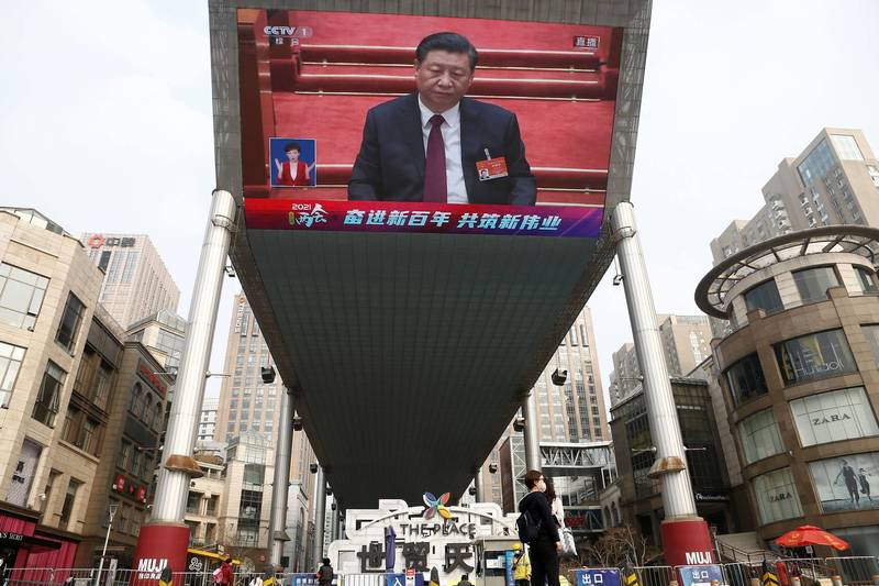 今年3月11日,中國北京街頭的巨型螢幕,播放中國國家主席習近平出席全國人民代表大會閉幕式的畫面。(路透檔案照)