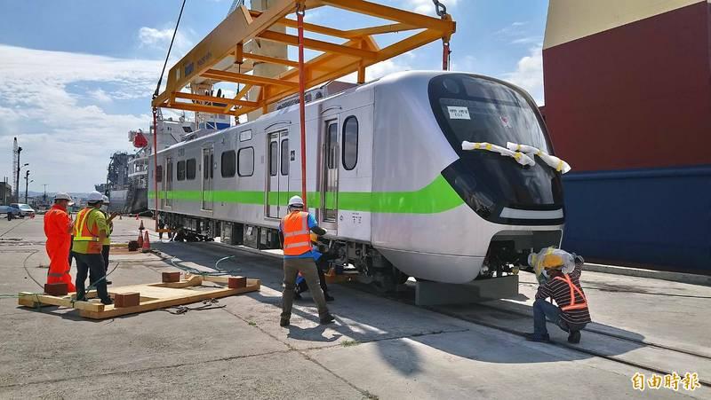 EUM900型通勤電聯車運抵台中港卸船。(記者張軒哲攝)