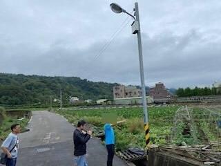 吳姓男子竊取偏遠地區電線,被警方查獲帶到現場指認。(記者張勳騰翻攝)