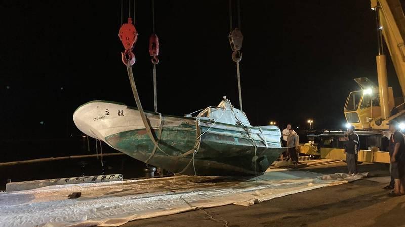 嘉義縣布袋第三漁港有船隻沉沒,各單位組成應變中心防範油污擴散,將船隻打撈上岸。(記者林宜樟翻攝)