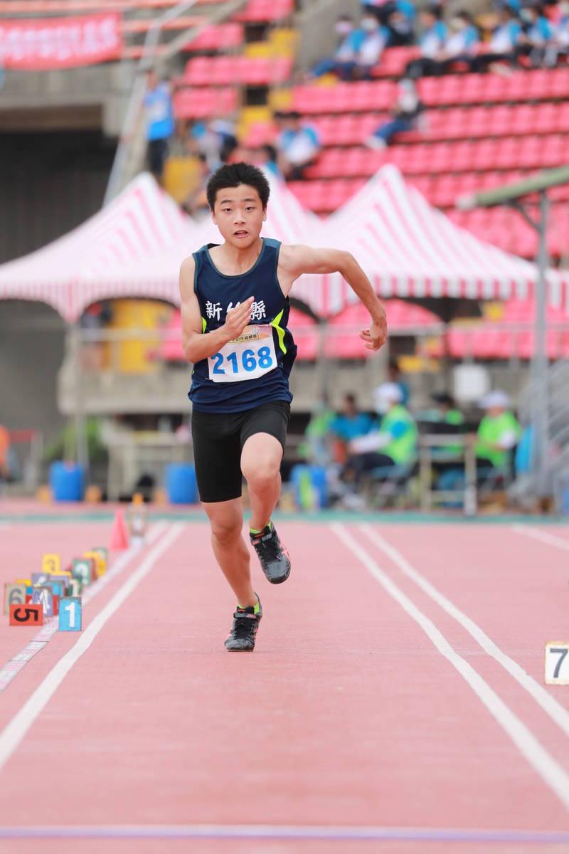 新竹縣寶石國小劉品辰助跑後奮力一躍,打破了全國小學田徑錦標賽中男子跳遠項目維持了12年的大會紀錄而奪金。(圖由林高沅提供)
