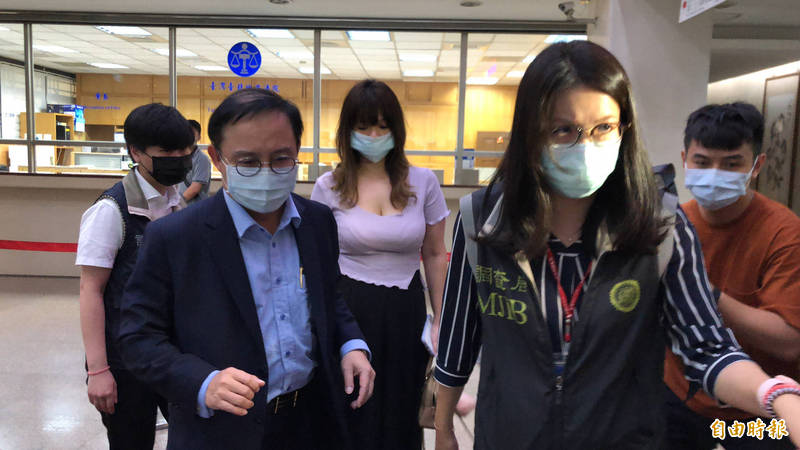 永大公司前總經理許作名(前排左),今天下午被移送北檢。(記者錢利忠攝)