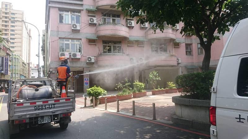 新北疫情升溫,環保局加派人員進行蘆洲及全市重點區域消毒。(環保局提供)