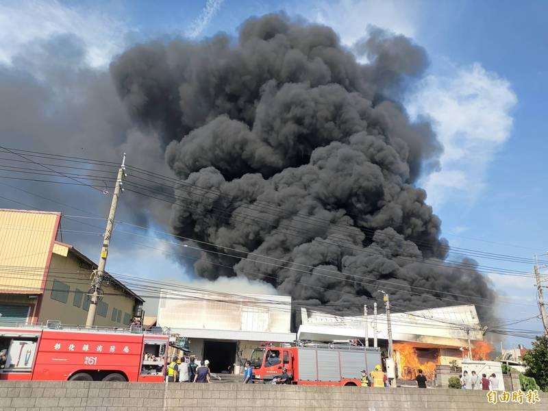 彰化大村一保麗龍廠發生火警,現場都是易燃物,火勢一發不可收拾。(記者陳冠備攝)
