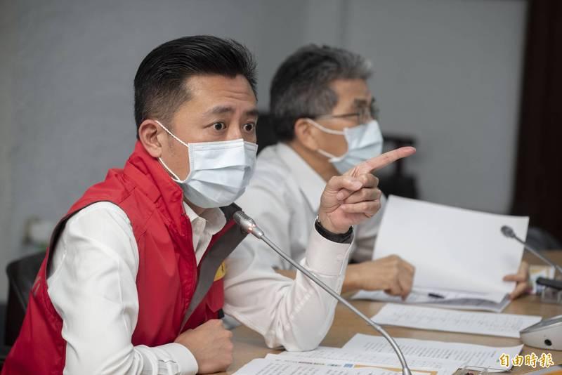 疫情警戒升至二級,新竹市長林智堅(左)宣布戶外教學、共餐食堂暫緩至6月8日。(記者蔡彰盛攝)