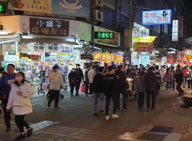 防疫警戒提升,中央疫情指揮中心要求夜市人潮必須維持社交距離。(記者蔡淑媛翻攝)