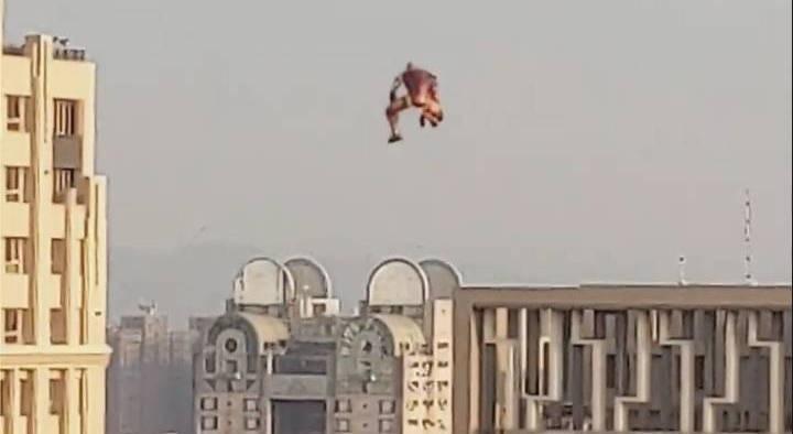 有民眾本月5日在台中拍到的照片,明顯看得出是「鋼鐵人」造型「氣球」。(民眾提供)