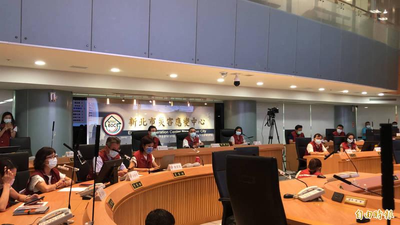 市長侯友宜宣布,文化場館及營業場所全面採人流管控。(記者周湘芸攝)