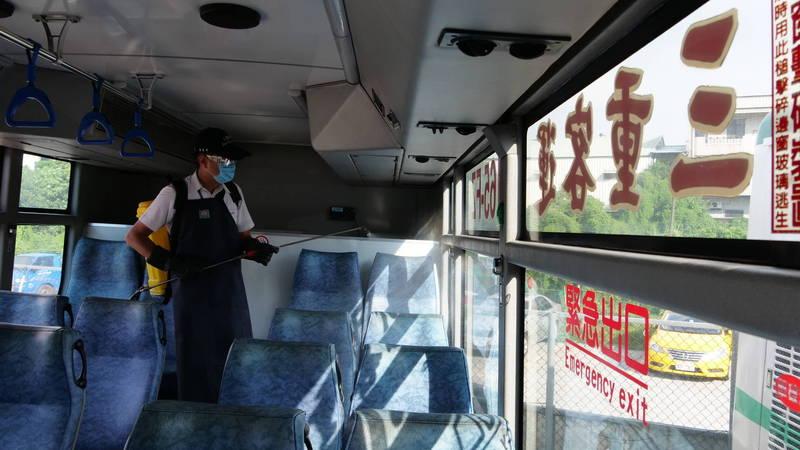 疫情升級,新北市加強公車清潔消毒,由2小時一次提升為每班次全面清消。(新北市政府交通局提供)