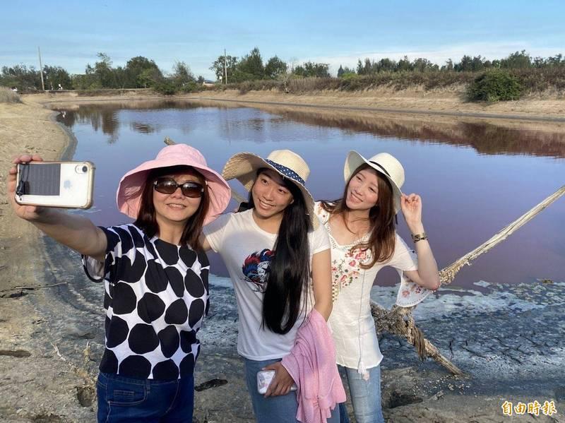 金門「粉紅湖」是遊客打卡的熱點。(檔案照 記者吳正庭攝)