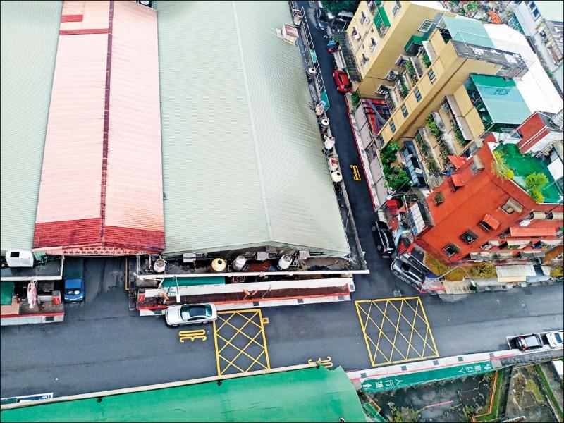 台北市政府推動第三肉品市場(圖左側)改建,地方反彈聲浪不斷,台北市長柯文哲裁示建物明年3月拆除,暫緩改建。(記者鄭名翔翻攝)