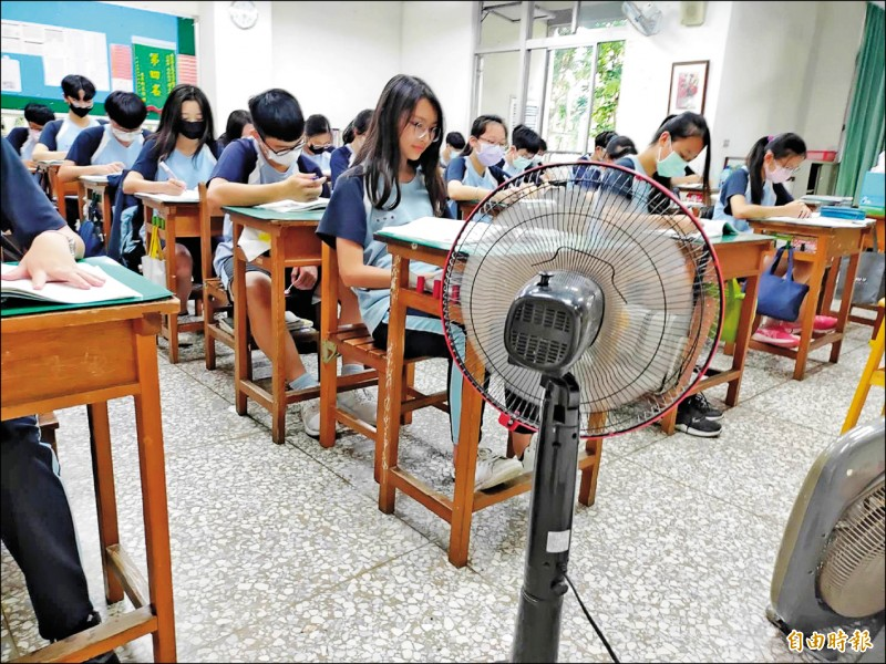 草屯鎮10日下午飆33度高溫,南投縣旭光高中國中部學生,教室雖有電扇,但學生仍覺得很熱。(記者陳鳳麗攝)