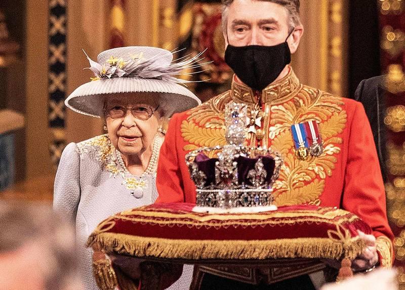 帝國皇冠重約1.27公斤,上面鑲嵌的寶石數量超過3000顆。(法新社)