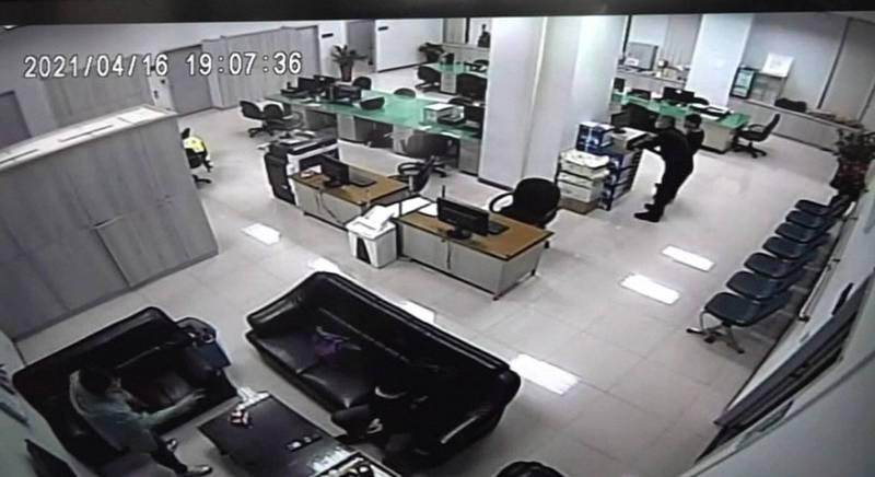 前中崙所長許書桓(右)與傅姓巡佐在監視器主機前操作。(資料照)