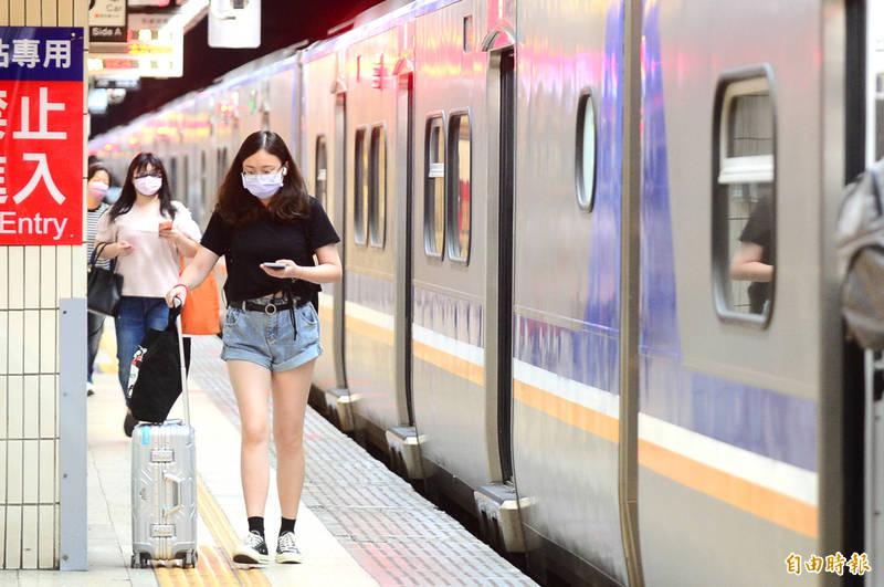 台鐵表示,自5月12日起乘客在列車上(觀光列車除外)禁止飲食,若因生理需求須喝水、服藥、哺乳,應於食用完畢後儘速佩戴口罩。(記者王藝菘攝)