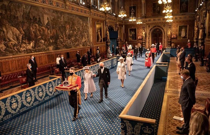 伊莉莎白二世在查爾斯王子的攙扶下出席國會開議大典。(法新社)