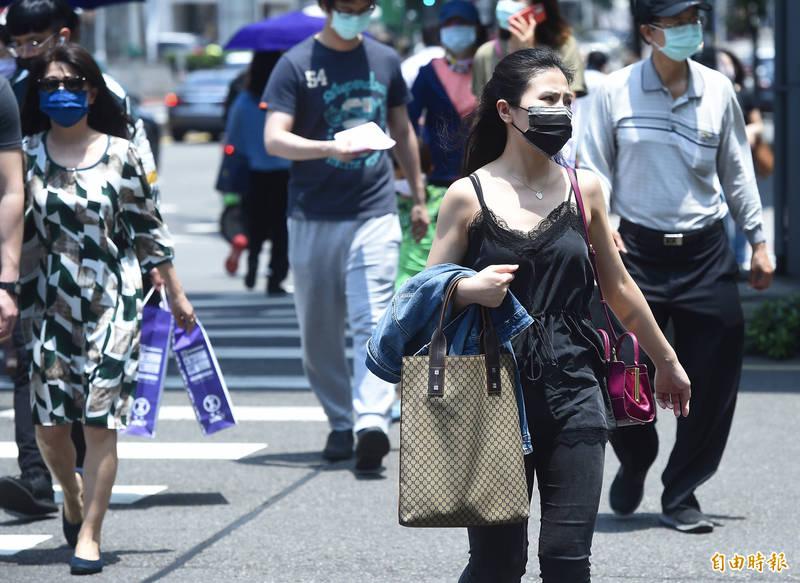 明天氣持續晴朗高溫,提醒民眾出門留意防曬工作,隨時補充水分,以及避免在高溫下活動。(資料照)