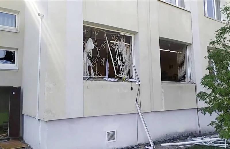 根據社群媒體流傳的影片,可見當時有大量俄羅斯聯邦緊急情況部的車輛停在學校外,多名人員衝向大樓;也有影片顯示學校現場窗戶破裂、地面上都是碎片的混亂情形。(美聯社)