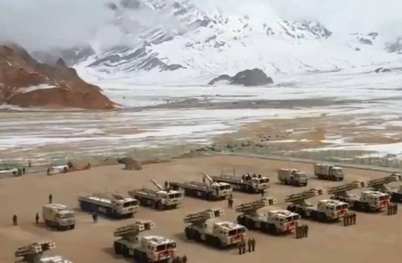 中國、印度近年邊境領土緊張局勢未解,繼去年解放軍部署PHL-03遠程自行火箭炮於西藏軍區後,近日再度部署大批的PHL-03遠程自行火箭炮於新疆軍區。(翻攝自微博)