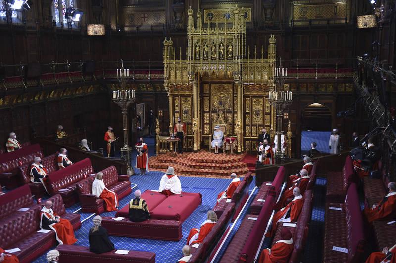 伊莉莎白二世在西敏宮的皇家長廊發表談話。(美聯社)