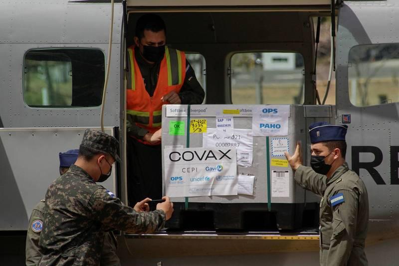 宏都拉斯共和國10日表示,將透過2018年與台灣斷交的鄰國薩爾瓦多,協助購買中國武漢肺炎疫苗。圖為宏都拉斯藉由COVAX計畫獲得的AZ疫苗。(路透資料照)