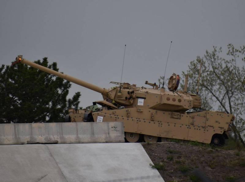貝宜系統開發的遠征輕戰車原型車測試過程曝光。(翻攝自推特)