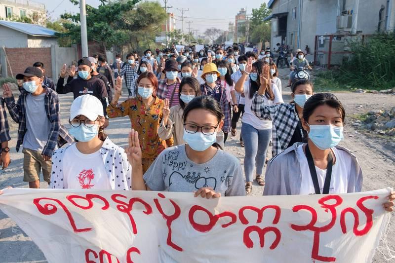 緬甸最大的城市仰光及北部城市帕敢等地區今天都有示威活動,抗議者高舉標語,表示支持罷工行動及民間成立政府「全國團結政府」(NUG)。(法新社)