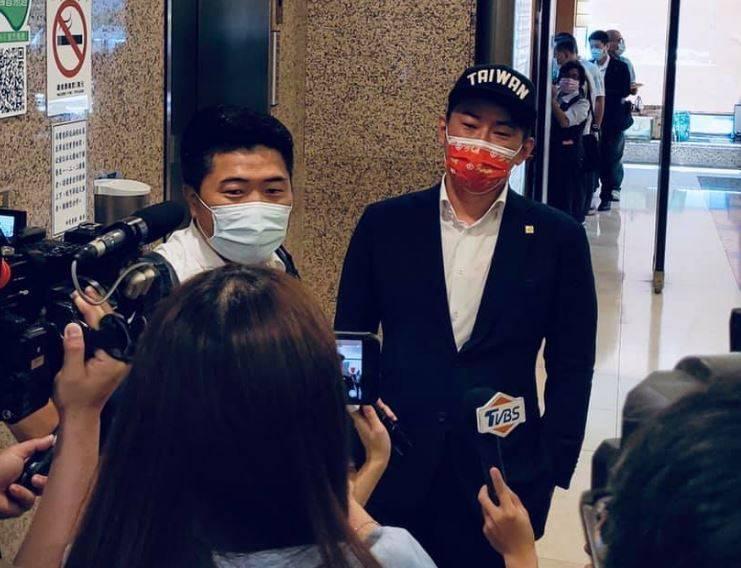 陳柏惟(右)和顏寬恒(左)今日上午在立法院「巧遇」,被稱作是「狹路相逢」。(圖取自臉書專頁「李雨蓁 Lí Ú-chin」)