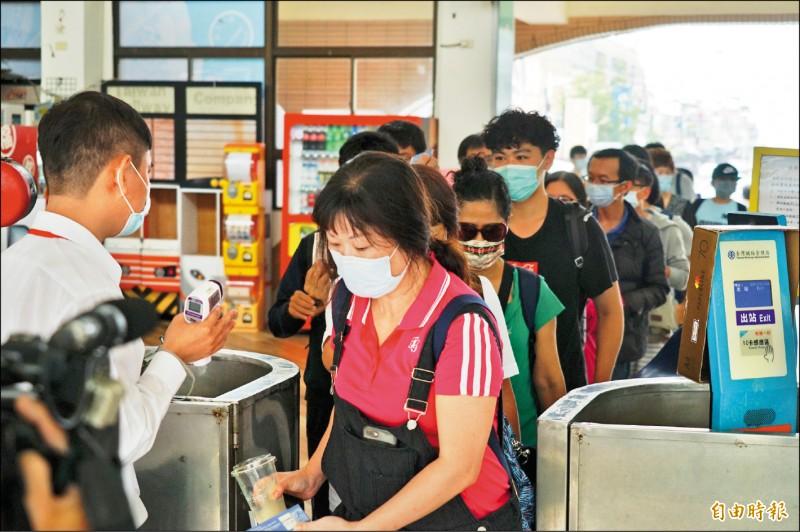 搭乘大眾運輸務必戴口罩,並配合量體溫。(記者陳彥廷攝)