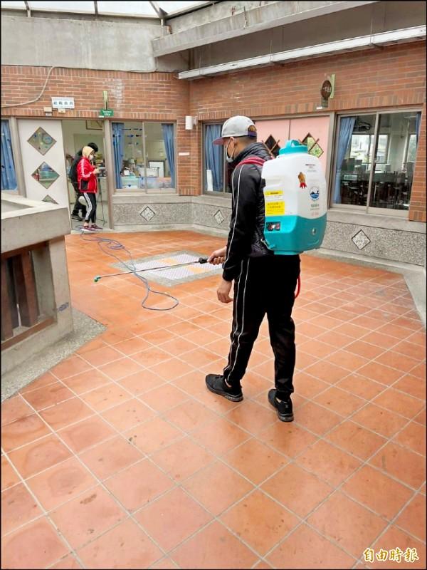 疫情升溫,新竹市府日前在交通場所、校園等人潮熱區加強消毒。(記者洪美秀攝)