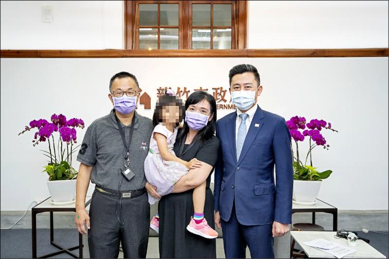小君、小君寄養爸媽與市長林智堅(右一)合影。(市府提供)